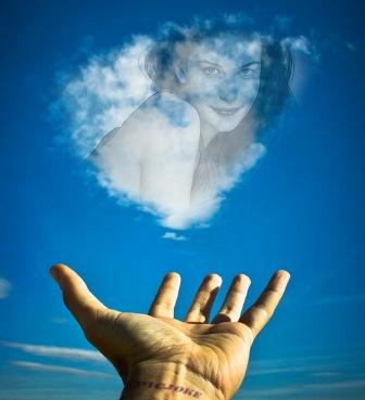Hermoso fotomontaje en cielo dando las nubes una forma de un corazon ...